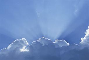 雲間からの太陽光線の写真素材 [FYI03929949]