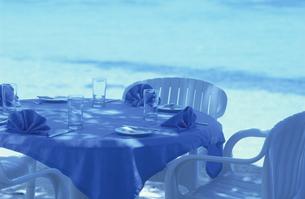 ビーチのテーブルセットの写真素材 [FYI03930017]