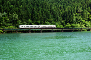 JR高山線 下原ダム湖 の写真素材 [FYI03930157]