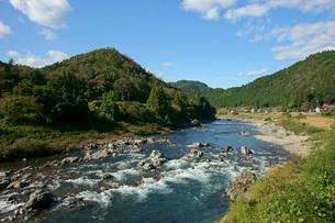 長良川と山並の写真素材 [FYI03930299]