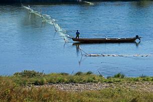 長良川と小舟・鮎瀬張り網漁の写真素材 [FYI03930302]