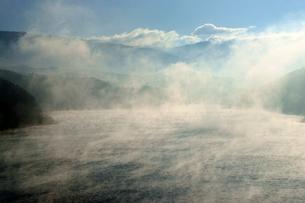 気嵐(けあらし)・蒸気霧 阿木川湖の写真素材 [FYI03930322]