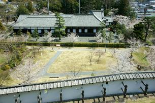 掛川城 帯曲輪の土塀と二の丸御殿の写真素材 [FYI03930371]