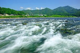 長良川 早瀬と山並の写真素材 [FYI03930406]