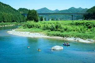 長良川と山並 ラフティングの写真素材 [FYI03930409]