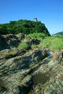 犬山城と木曽川 河床の赤色チャート(岩石)の写真素材 [FYI03930411]