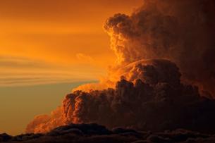 夕日に染まる積乱雲 茶臼山高原の写真素材 [FYI03930427]