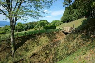 山中城址  本丸・西側の堀と二ノ丸の写真素材 [FYI03930456]