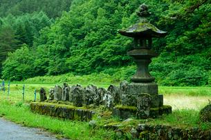 末川村稗田の碑と石仏群の写真素材 [FYI03930527]