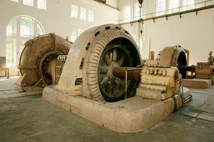 旧八百津発電所資料館 本館の発電機(中央)と水車(左)の写真素材 [FYI03930581]