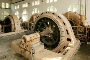旧八百津発電所資料館 本館の発電機(中央)と水車(奥)の写真素材 [FYI03930583]