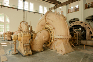 旧八百津発電所資料館 本館の水車(中央)と発電機(右)の写真素材 [FYI03930584]