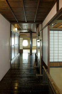 東海道・関宿 2階の廊下・玉屋歴史資料館の写真素材 [FYI03930684]