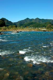 長良川と山並みの写真素材 [FYI03930766]