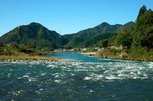 長良川と山並みの写真素材 [FYI03930769]