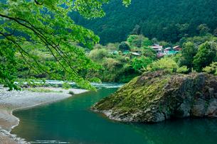 長良川と美濃市下河和 の集落の写真素材 [FYI03930796]