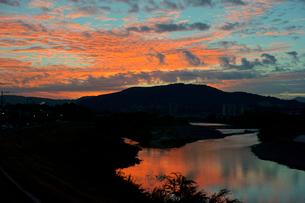 朝焼け 東谷山と庄内川の写真素材 [FYI03930872]