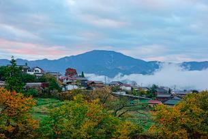 馬篭宿と恵那山の写真素材 [FYI03930876]