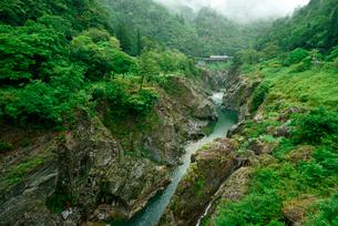 飛水峡とJR高山本線の写真素材 [FYI03930916]