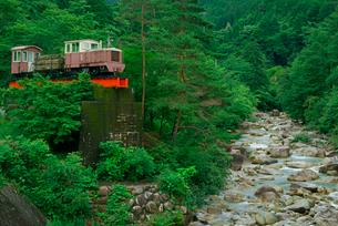 森林鉄道モニュメントと川上川 夕森公園 の写真素材 [FYI03930938]