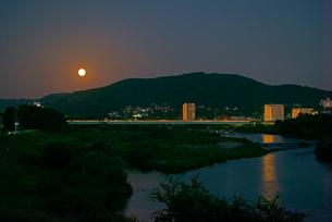 中秋の名月,東谷山と庄内川,の写真素材 [FYI03931028]