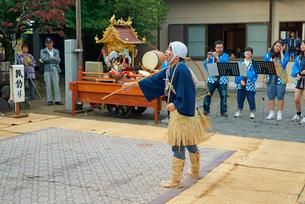平方勢獅子(ひらかたきおいじし)狐釣り,八幡神社,毎年10月第2日曜日,の写真素材 [FYI03931041]