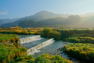 早朝の西野川,東方の山並み,の写真素材 [FYI03931058]