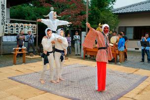 平方勢獅子(ひらかたきおいじし)天狗の舞,八幡神社,毎年10月第2日曜日の写真素材 [FYI03931083]