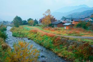 早朝の西野川と御嶽山,の写真素材 [FYI03931095]