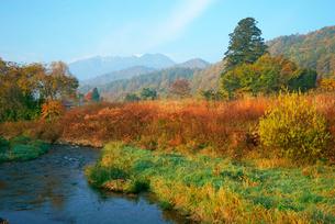 早朝の西野川と御嶽山,の写真素材 [FYI03931098]