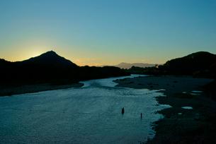 長良川夕景,岐阜城と伊吹山を望む,の写真素材 [FYI03931123]