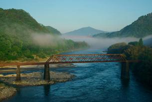川霧立つ木曽川と苗木城跡(右手の小山)の写真素材 [FYI03931167]