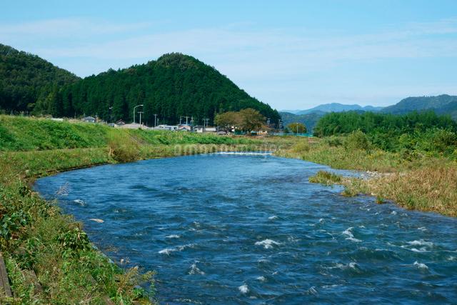 武儀川 長良川支流と山並みの写真素材 [FYI03931262]
