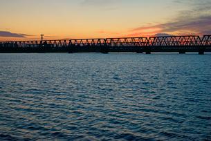 長良川の夜明け JR関西本線の鉄橋を望むの写真素材 [FYI03931273]