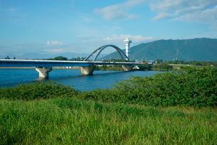 長良川大橋と展望タワーと多度山(右) 長良川左岸より望むの写真素材 [FYI03931356]