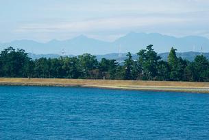 長良川と千本松原 鈴鹿山脈を望むの写真素材 [FYI03931359]