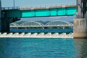 長良川河口堰 調節ゲート 伊勢大橋を望むの写真素材 [FYI03931373]