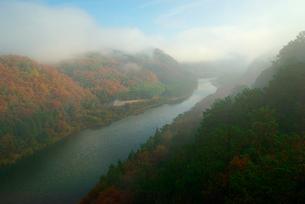 霧の苗木城跡(中央の山)と木曽川を望む 城山大橋より上流の写真素材 [FYI03931396]