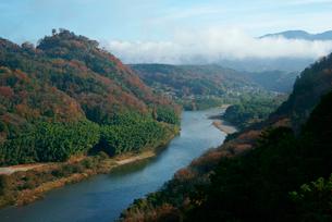 苗木城跡(左の山)と木曽川を望む 城山大橋より上流の写真素材 [FYI03931399]