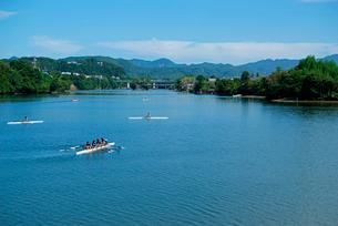 木曽川と飛騨川の合流点 今渡ダム湖より飛騨川上流を見るの写真素材 [FYI03931436]