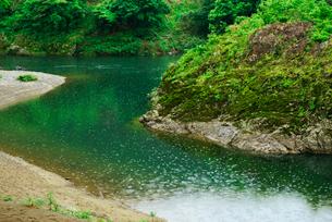 洲原神社・神岩と長良川 の写真素材 [FYI03931472]