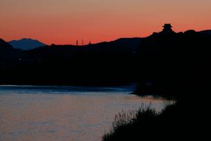 木曽川の夜明け・犬山城と御嶽山を望む の写真素材 [FYI03931477]