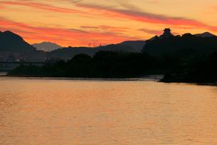木曽川の夜明け・犬山城と御嶽山を望む の写真素材 [FYI03931488]