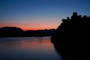 木曽川の夜明け・犬山城を望む の写真素材 [FYI03931519]