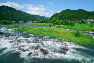 長良川と山並みの写真素材 [FYI03931648]