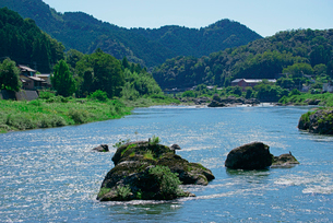 長良川と山並みの写真素材 [FYI03931651]
