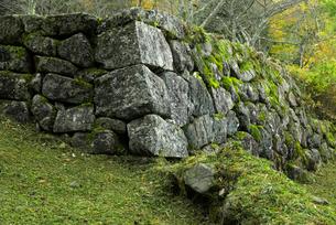 小里城跡 大手門の石垣 右側 と土塁の写真素材 [FYI03931711]