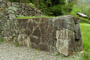 竹中氏陣屋  櫓門右側の石塁と勝手口出入門の写真素材 [FYI03931736]