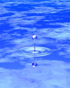 水面に落ちた水滴 CGのイラスト素材 [FYI03932050]