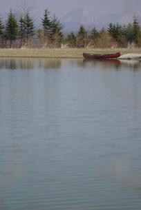 湖のほとりにカヌーの写真素材 [FYI03932172]